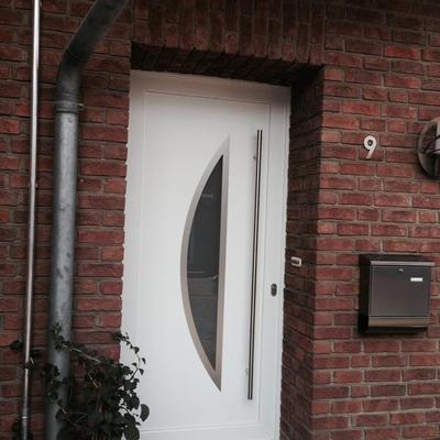 Haustüre mit Edelsahl Stangengriff sowie Facetten in Köln-Bergheim .