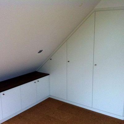 Dachschrägenschrank mit Bord Lackiert in Köln-Bergheim Möbelbau nach Maß