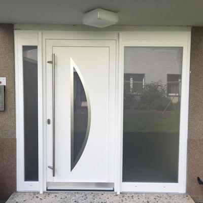 Haustüranlage mit Briefkästen in Köln .Türen