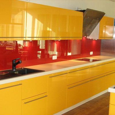 Einbauküche mit Glasrückfront Köln. Möbelbau nach Maß