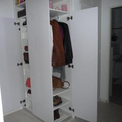 Garderobenschrank mit Integrierter Abstellkammer in Köln-Leverkusen. Möbelbau nach Maß