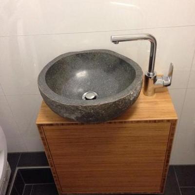 Waschtisch in Bambus geölt mit Findling Köln. Möbelbau nach Maß