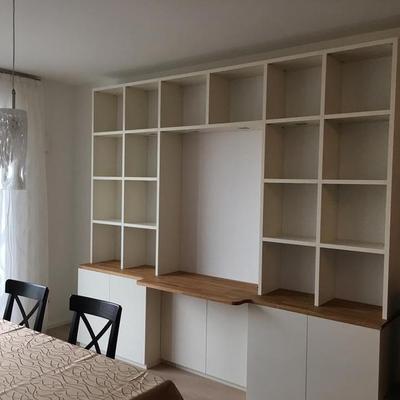 Wohnzimmer Regal in Creme Lackiert mit Eiche Arbeitsplatte sowie Fachbeleuchtung in Köln Möbelbau nach Maß