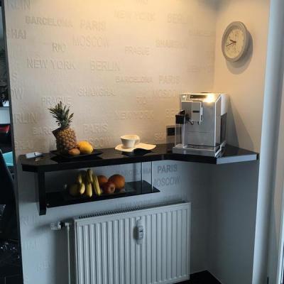 Kaffe Bar mit Ablage in Hochglanz schwarz.in Köln. Möbelbau nach Maß
