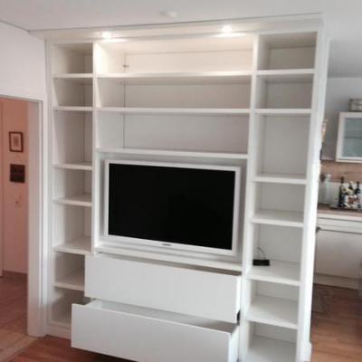 Wohnzimmer Regal mit Tv Wand in Weiss mit Beleuchtung in Köln.Möbelbau nach Maß