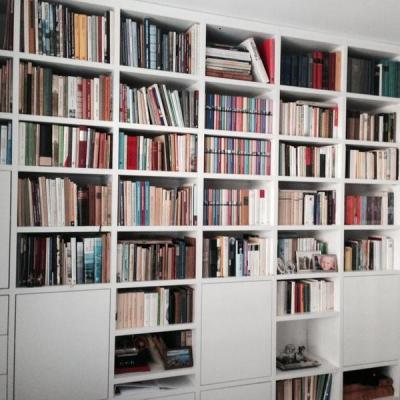 Biblitohek in Weiss mit Türen in Köln Möbelbau nach Maß