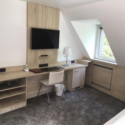 Hotel Zimmer Einrichtung im Eiche Dekor Köln. Möbelbau nach Maß