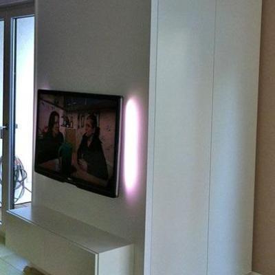 TV Wand mit Integriertem Schrank auf der Rückseite in Weiss Lackiert.Möbelbau nach Maß