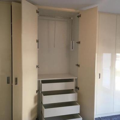 Kleiderschrank Raumhoch mit Schubladen und Kleider lift in Köln.Möbelbau nach Maß