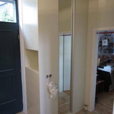 Garderobe auf engstemraum mit schubladen sowie schiebetüren in creme Lackiert in Köln. Möbelbau nach Maß