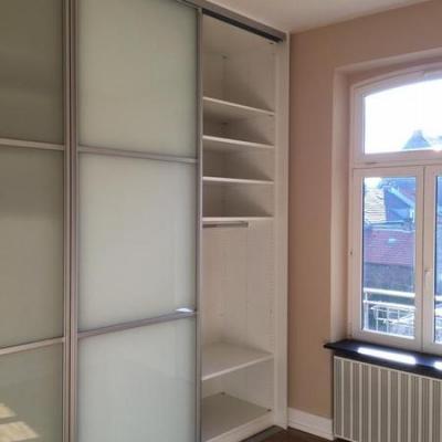 Garderobe mit Glasfronten und Griffloser Bedienung in Köln. Möbelbau nach Maß