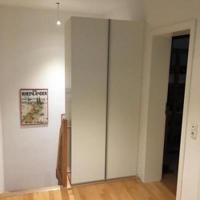 Kleiderschrank mit Garderobe als Absturtzsicherung für Treppe in KölnMöbelbau nach Maß