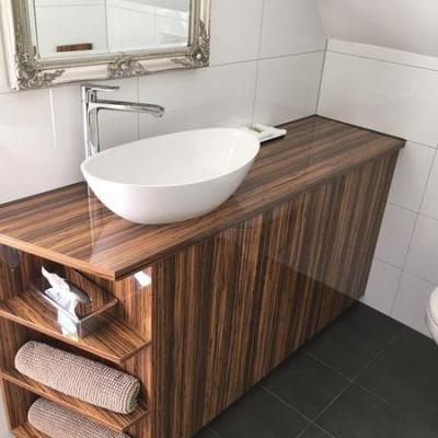 Waschtischmöbel in Hochglanz mit Becken für Hotel in Köln. Möbelbau nach Maß